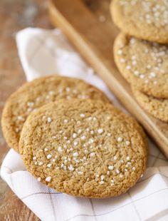 Supersega och goda kanelbullekakor – vad kan passa bättre för den som både älskar amerikanska cookies och svenska kanelbullar? Det här är alltså kakor med kanelbullesmak, vilket är perfekt när man är sugen på kanelbullar men inte har tid för något längre bak. Kakorna blir som sagt väldigt sega och l