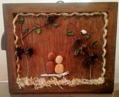 Quadro com pedras, base de madeira, acabamento com corda, musgo, galhos, folhas, flores secas.