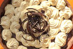 Guscio di frolla con mousse al cioccolato e panna al caramello
