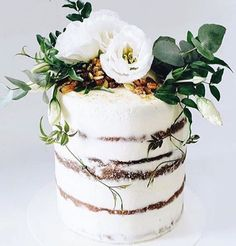 Gorgeous Ivory and Foliage naked cake ! So simple but beautiful too 🍃🌿