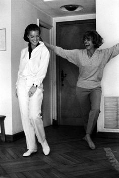 Romy Schneider with Melina Mercouri on the set of the film PM Summer' by Jules Dassin in 1964 Hollywood Stars, Old Hollywood, Magda Schneider, Die A, Amy Winehouse, Love Photography, We The People, Role Models, Actors & Actresses