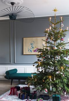 In this apartment in Denmark, Scandinavian and French design make a wonderful mix. Beautiful historical architecture with moldings and stucco reminds ✌Pufikhomes - source of home inspiration Classy Christmas, Nordic Christmas, Christmas Mood, Noel Christmas, Modern Christmas, Christmas Tables, Festival Decorations, Christmas Decorations, Holiday Decor