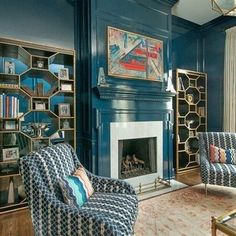 What's on trend this year? We're starting to see more spaces like Lee's signature  lacquered rooms. Like what you see? Stay tuned. More of this room, and entire home, coming in May.   #lacquered #lacqueredwalls #bluelacquer #blueroom #boldcolor #bolddesign #personalizeddesign #interiorstyle #interiordesign #leerobinsoncompany #interiordesigner