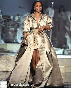 Rihanna is a popular singer, actress, and entrepreneur. She owns a successful cosmetics line called Fenty Beauty and a lingerie line called Savage X Fenty. Looks Rihanna, Best Of Rihanna, Mode Rihanna, Rihanna Style, Rihanna Fenty, Rihanna Outfits, Stage Outfits, 90s Fashion, Couture Fashion