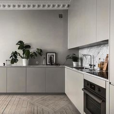 7 Top Features about Scandinavian Kitchen Design Do you love Scandinavian Kitchen Design? Discover in this post the top features about a Scandinavian style kitchen interiors and be inspired for your home design - ITALIANBARK + Bertazzoni Rustic Kitchen, Kitchen Dining, Kitchen Decor, Kitchen Black, Kitchen Worktop, Küchen Design, Layout Design, Interior Design, Nordic Interior