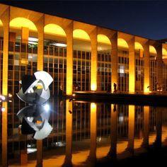 """Palácio do Itamaraty - Sede do Ministério das Relações Exteriores do Brasil - À sua frente, sobre a água, está o """"Meteoro"""" de mármore que representa os cinco continentes, obra de Bruno Giorgi. Possui jardins internos e salas com obras de arte."""