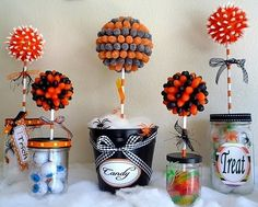 Halloween Candy Topiary A sweet topiary for Halloween! Put your Halloween candy to good use and decorate your home with these Halloween-candy topiaries. They'll be a colorful — and sweet! — addition to your holiday decor. Halloween Infantil, Dulces Halloween, Postres Halloween, Halloween Party Decor, Halloween Candy, Cute Halloween, Holidays Halloween, Halloween Centerpieces, Candy Centerpieces