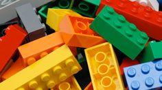 Vamos con un problema matemático. Supongamos que tienes seis piezas de Lego estándar, las rectangulares (4x2) con la patente de la compañía. Si las encajamos, ¿cuántas combinaciones se pueden dar? Una pista: más de 100 millones y menos de mil millones.