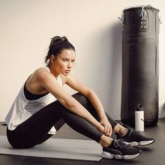 Adriana Lima Can Probably Kick Your Ass Adriana Lima uses boxing to stay in shape and keep her balanced. Adriana Lima Boxing, Adriana Lima Workout, Adriana Lima Body, Victorias Secret Models, Victoria Secret Fashion, Adriana Lima Victoria Secret, Daria Werbowy, Victoria's Secret, Celebrity Workout