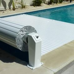 Also safty for the children Persiana elevada para piscina NEO Backyard Pool Designs, Small Backyard Pools, Swimming Pools Backyard, Swimming Pool Designs, Outdoor Pool, Small Pools, Modern Landscaping, Backyard Landscaping, Landscaping Ideas