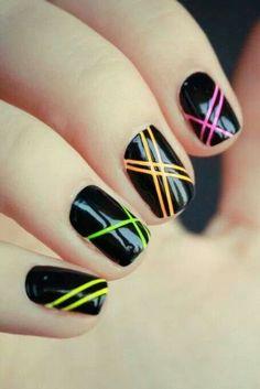 Ongles noirs avec lignes colorées