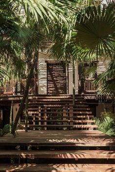 Meu coração bateu forte quando vi esta casa em Tulum, na costa do México. A casa é uma colaboração do escritório Co-LabDesign, de Tulum, e a designer Annabell Kutucu. A única coisa que eu mudaria seria os móveis da sala, optaria por peças mais aconchegantes e