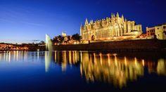 カタルーニャゴシック様式の傑作と言われているマヨルカ大聖堂。 ハイメ2世統治下によって1230年に建築が開始され、完成したのは16世紀。400年かかって建てられたこの大聖堂は海に面していることからも珍しい建築特色として有名です。