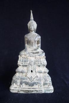 Bouddha assis en vajrasana sur un haut tertre étagé à décor lotiforme, en position de prise de la terre à témoin. Sculpture en Bronze patiné. Nord Siam XVIIIeme. Hauteur: 31,5 cm.