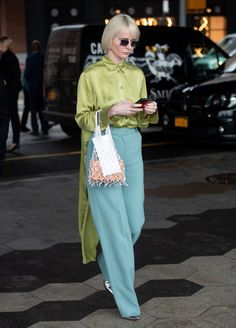 Sie tragen: New York Fashion Week Spring 2019 New York Fashion, Fashion News, Nyfw Street Style, Spring Street Style, Colourful Outfits, Colorful Fashion, Color Combinations For Clothes, Japan Fashion, Modest Fashion