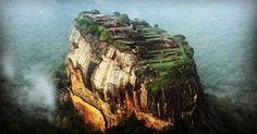 El Sigiriya (Sri Lanka) es una antigua fortaleza construida en la cumbre de una gigantesca roca volcánica. Contiene las ruinas del palacio del rey Kasyapa (siglo V d.c.) declaradas Patrimonio de la Humanidad por la Unesco. Sri Lanka, Location Scout, Instagram Posts, Nature, Scouting, Rey, Travel, Volcanoes, Ruins