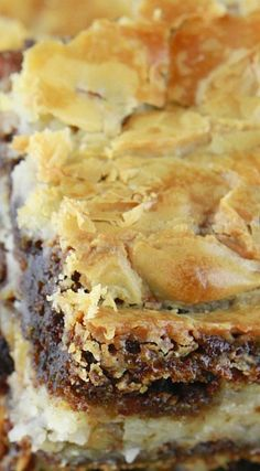 German Chocolate Ooey Gooey Butter Cake - It's more like a candy - fudge base with a sweet nut and coconut topping. Serve in candy-size pieces. Cake Bars, Dessert Bars, Köstliche Desserts, Delicious Desserts, Dessert Recipes, Ooey Gooey Butter Cake, Butter Cakes, German Butter Cake, Cookies Cupcake