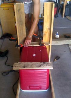 Anyone can build this DIY project from a few pallets into a cooler stand that's ready to chill your favorite drinks Wood Cooler, Pallet Cooler, Diy Cooler, Pallet Crafts, Pallet Projects, Wood Crafts, Diy Projects, Rustic Outdoor Furniture, Diy Furniture