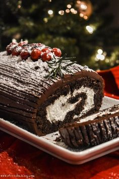 Yule Log Cake (Bûche de Noël): Chocolate cake is filled with whipped cream, rolled into the shape of a log, and coated with a chocolate ganache - a classic European holiday tradition! Chocolate Yule Log Recipe, Delicious Chocolate, Chocolate Ganache, Chocolate Christmas Cake, Chocolate Cake Roll, Chocolate Gold, Chocolate Filling, Recipes Using Cake Mix, Cake Roll Recipes