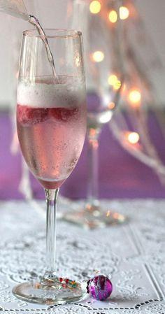 Afblijven...........dat glas is van mij!  Deze kerstballetjes als wijnglas markers kwam ik tegen bij de Xenos, heb er gelijk een lekkere alcoholvrije spoom van gemaakt............proost!  Neem een champagne glas, voeg 3 bolletjes bosvruchten sorbetijs (of een andere smaak) toe en giet er langzaam spa rood of sprite over. Leuk idee voor de #kerst?  Gebruik voor een spoom met alcohol b.v. prosecco.