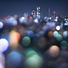 """Je vous propose cette très belle série baptisée « Nighttime in Tokyo » réalisée par l'artiste photographe japonais Takashi Kitajima.  Cette série nous livre une vision poétique et artistique de la ville de Tokyo. Pour réaliser ces images, qui ne sont pas retouchées, Takashi Kitajima utilise la technique de « l'Extra Bokeh"""" dont les caractéristiques sont les flous en arrière plan et les taches pentagonales formées par les sources de lumière."""