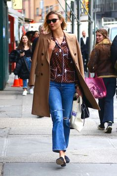 Karlie Kloss rocking narrow black suede mules with flat heel Karlie Kloss Street Style, Monogrammed Pajamas, Louis Vuitton Shirts, New York February, Cashmere Coat, Autumn Street Style, Sporty Chic, Celebrity Photos, Black Suede