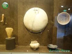 """FASE PLASTIRAS (período EC I. 3200-2800 a. C.) Los tipos más característicos de la fase Plastiras son en mármol. El frasco con collar con pie (""""kandila"""") parece copiar en mármol los vasos de arcilla correspondientes de la fase Pelos. Las tumbas de esta fase también han arrojado pequeños objetos de bronce, como agujas, así como cuentas y cucharas de piedra. Museo del Arte Cicládico, Atenas."""