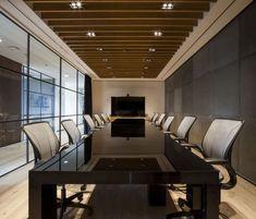 Sala de reuniones . Mesa de cristal negro .Offices PVH Mexico by SpAce Arquitectura. Puedes ver el proyecto completo en 10deco.com #arquitectura #interiordesign #moda #fashion #luxury #PVH .#table #office #workspace #mexico #oficina #salareuniones #workplace #glass #black