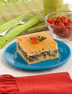 Torta de fubá recheada com carne moída e tomate
