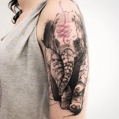 Ver la figura serpenteante en la cabeza del elefante
