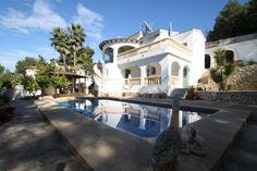 Bonita Villa situada en la zona de Villotel de Moraira, Costa Blanca. La villa consta de 340m2 distribuido en 2 plantas y 4 Dormitorios (1 con baño en suite), 4 baños (1 con Hidromasaje, 1 con Bañera y 2 aseo con ducha), 2 salones- comedor y 3 Cocinas + 1 BBQ. La villa se encuentra en una zona muy tranquila con una parcela de 943m2 con su propio jardín con riego automático, piscina privada 8x4, Ref.: V1346 Montesinos Falcon Real Estate