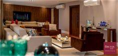#BretonProfissionais A talentosa equipe da Umm Arquitetura de Interiores apostou em móveis Breton Actual para trazer muito conforto e estilo a este projeto. Com as poltronas Cross, o sofá Gravatá e a elegante mesa de centro Paris, a sala ganhou muita beleza. #BretonActual #Breton #Sala