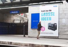 Wie bewirbt man Drucker, die grössere Formate drucken? Ganz einfach, mit vergrösserten Plakaten. glaswerk entwickelte für die Kampagne «Platz da für grosse Ideen» von Brother einen aufmerksamkeitsstarken Hype. Mehr dazu in unserem Blog > http://www.glaswerkdesign.ch/einfach-mal-plakatflaechen-vergroessern/