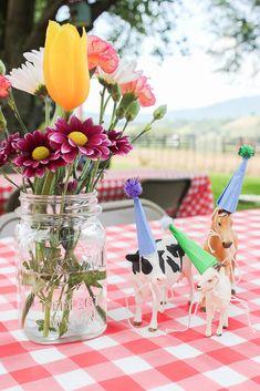 Farm Birthday Party Ideas #farmparty #diypartydecor #diypartyideas #diypartydecorations #kidsbirthdayparty #farmbirthdayparty #farmpartyideas #farmbirthdaypartyideas #glamfarmparty #birthdaypartyideas #kidsbirthdaypartyideas #easybirthdaypartyideas #kidsparty #kidspartyideas #farmthemebirthdayparty #farmthemeparty #farmthemedparty Farm Animal Party, Farm Animal Birthday, Farm Birthday, Birthday Party Tables, 2nd Birthday Parties, 1st Birthdays, Birthday Banners, Birthday Ideas, Farm Party Decorations