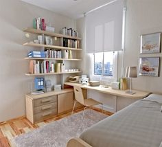 une jolie étagère en bois dans la chambre d'ado