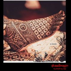 Intricate mehendi on the feet looks extremely elegant