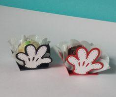 Forminha Mickey - Hand   A forminha Mickey - Hand é uma linda opção para você decorar sua mesa de doces. Feita em papel de gramatura 180, com sobreposição de camada dando um efeito 3D.  Podemos fazer na cor e tamanho desejado pelo cliente, consulte-nos.  Dimensões:  Base da forminha: 3,4 cm  Altu...