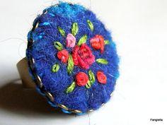 Bague bleue en laine feutrée brodée de fleurs rose rouge sur anneau réglable…