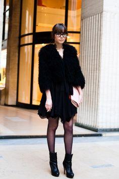 on the street. Nyc Fashion, Diva Fashion, Star Fashion, Urban Fashion, Fashion Show, Street Style Blog, Total Black, Glamour, Zara Dresses
