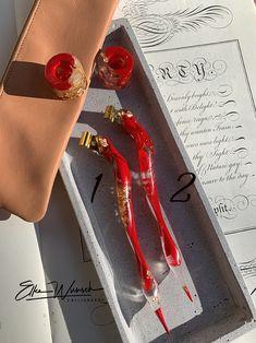 Der wunderschöne, handgemachte Federhalter ist speziell für die Englische Schreibschrift gefertigt. Die schräge Halterung der Flange gewährleistet den korrekten Schreibwinkel. Was diesen Federhalter so speziell macht, ist die Justierbarkeit mit einer Schraube. Das heißt, du kannst nahezu alle gängigen Federn am Markt verwenden. Das exklusive Federhalter-Set besteht aus: 1 Federhalter, 1 Tintenfässchen, 1 Dinky Dip und 1 Tintenpipette in einem schönen Ledertäschchen.
