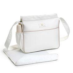 BOLSA PANADERA + CAMBIADOR PIEL BEIGE. Bolsa panadera o bolso para silla de paseo más cambiador piel Beige. Bolsa para silla de paseo, muy elegante y práctica, para llevar todo lo que necesite tu bebé. Tiene un  compartimento lateral para llevar el biberón y su asa es ajustable para colgar del manillar del cochecito. Incluye cambiador. Lavable a mano o a máquina. Medidas: 36x29,5x12 cm. Los materiales utilizados están libres de colorantes azoicos y sustancias nocivas para la salud.
