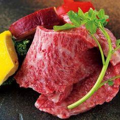 Tokyo Calendar 肉のすずき 焼肉店のメッカとして知られる浅草でコアなファンの支持を集める『肉のすずき』。 思わず息を呑むハラミなど名物は数知れず。写真は「イチボ」。 #東京カレンダー #東カレ #焼肉 #浅草 #肉のすずき #イチボ