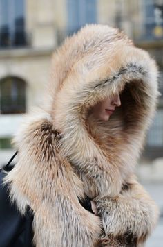 Make a giant faux fur hood, (inside and out). Attach two long pieces. Fur on both sides, 10 feet long by 1 foot wide. Wrap yourself up for warmth. Winter Chic, Autumn Winter Fashion, Fall Winter, Winter Wear, Fur Fashion, Look Fashion, Street Fashion, Street Chic, Fashion Women
