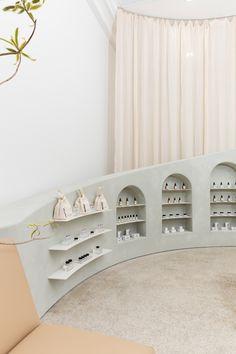 Creamy whites and crushed gravel decorate LA's Noto Botanics store – Commercial Retail Interior Design, Retail Store Design, Retail Shop, Retail Displays, Shop Displays, Merchandising Displays, Window Displays, Commercial Design, Commercial Interiors