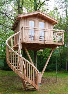 Gruenwald, Germany Supported by two beech trees . Gruenwald, Germany Supported by two beech trees and one post, this Beautiful Tree Houses, Cool Tree Houses, Tree House Designs, Tiny House Design, Tree House Plans, Beech Tree, Small Cottages, Play Houses, Luxury Homes