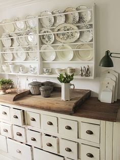 New Farmhouse Kitchen Decor Wall Plate Racks 20 Ideas Wooden Plate Rack, Diy Plate Rack, Plate Rack Wall, Wooden Plates, Plates On Wall, Antique Plates, Plate Holder, Vintage Plates, Kitchen Display