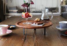一見すると、つくるのが難しそうな「脚付き小家具」ですが、2種類のアイテムを組み合わせるだけでつくれます。使うの… Table Settings, Home Decor, Decoration Home, Room Decor, Place Settings, Home Interior Design, Home Decoration, Tablescapes, Interior Design