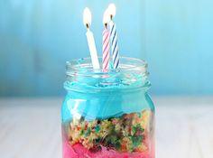友人や恋人への手作りバースデーケーキも、メイソンジャーにすればオシャレなことに加え持ち運びやすい◎