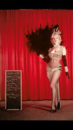 Marilyn Monroe - Wardrobe Test for Gentlemen Prefer Blondes Marilyn Monroe (Norma Jeane Baker) Hollywood Glamour, Classic Hollywood, Old Hollywood, Gentlemen Prefer Blondes, Divas, Costume Marilyn Monroe, Peignoir Satin, Satin Gown, Dance Oriental