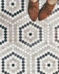 When I see these colors used together, it makes me wonder if doing something like this (not necessarily this pattern) would help the floor hide dirt better? Penny Tile Floors, Bathroom Floor Tiles, Mosaic Floors, Kitchen Backsplash, Wall Tiles, Floor Patterns, Tile Patterns, Entryway Flooring, Tile Entryway